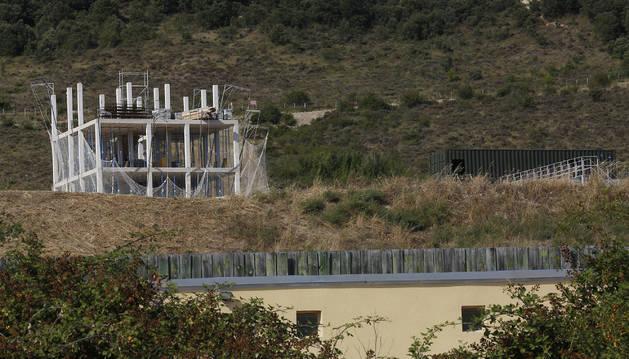 """A la izquierda, la """"casa de las tres alturas"""", que se utilizará para entrenamientos militares."""