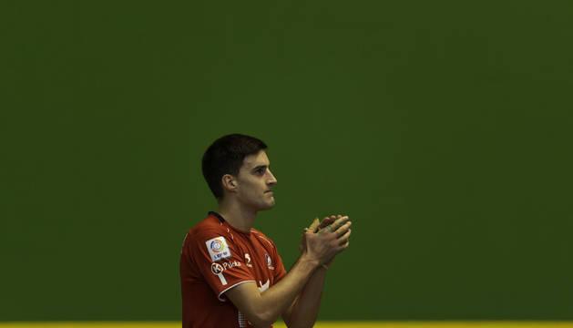 Ion Jaunarena, con un gesto de emoción, se despidió del profesionalismo en el Amazabal de Leitza que le brindó una gran ovación.