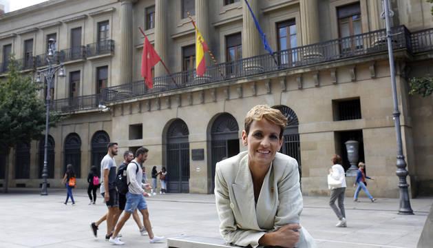 Foto de María Chivite posando delante del Palacio de Navarra, sede del Gobierno.