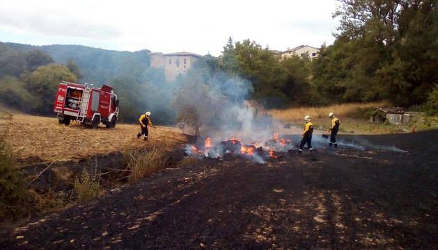 Los bomberos trabajan para apagar uno de los dos incendios de este martes.