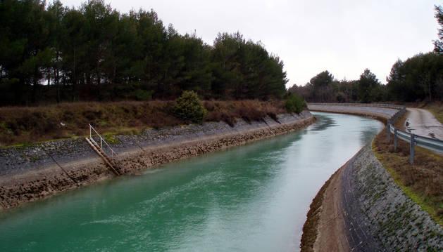 Un tramo del canal de Bardenas a su paso por Sangüesa.