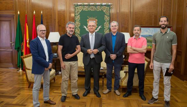 Foto del alcalde, Enrique Maya, junto a miembro de la Asociación de Municipios del Camino de Santiago.