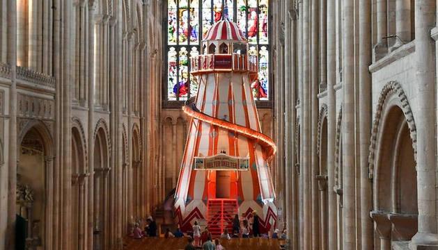 Una catedral inglesa instala un tobogán en su interior para atraer visitantes