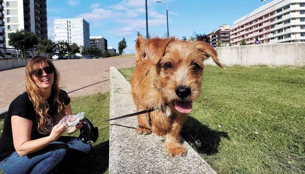 Ainhoa Cerdán, la mujer que ha adoptado al perro, pasea con él por Lezkairu, en Pamplona.