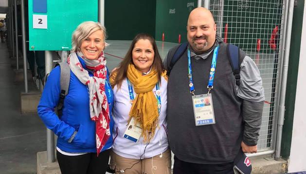 Esther Ciganda (izda.) y Xabier Berrueta (dcha.), junto a una voluntaria en los Panamericanos de Lima 2019.