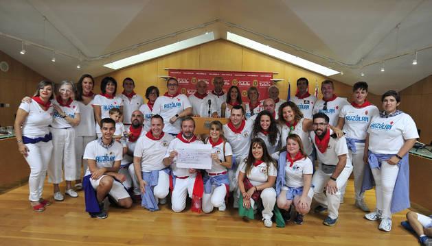 La Comparsa de Gigantes y Cabezudos de Tafalla entregó 6.000 euros al Ayuntamiento para ayudar a los afectados por la riada.