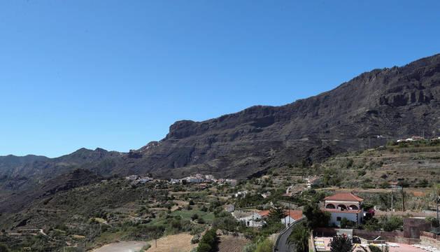 Foto del pueblo de Tejeda y la montaña que resultó arrasada en el incendio.