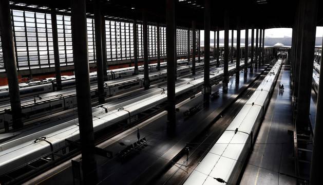 La huelga en Renfe convocada para este miércoles obliga a cancelar 277 trenes de viajeros de los 601 que van a circular a lo largo del día sumados los servicios de Regional y Media Distancia (221 trenes cancelados), AVE y Larga Distancia (56 trenes), según han confirmado fuentes del sindicato convocante CGT