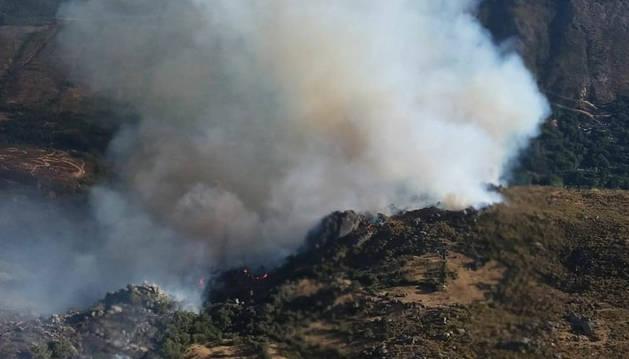 El trabajo nocturno de 200 efectivos contiene el incendio en Navalacruz (Ávila)
