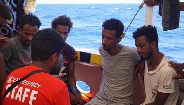Personas rescatadas en el mar en el barco Open Arms.