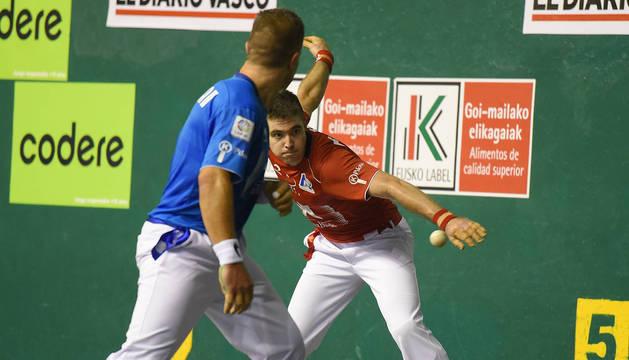 Irribarria golpea la pelota en un tanto del partido que ayer se disputó en Zarautz.