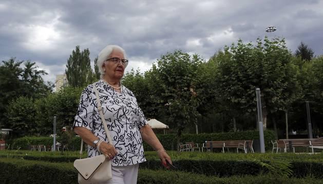 Felisa Garcés Barace camina hacia la Casa de Misericordia, la suya desde hace tres años.