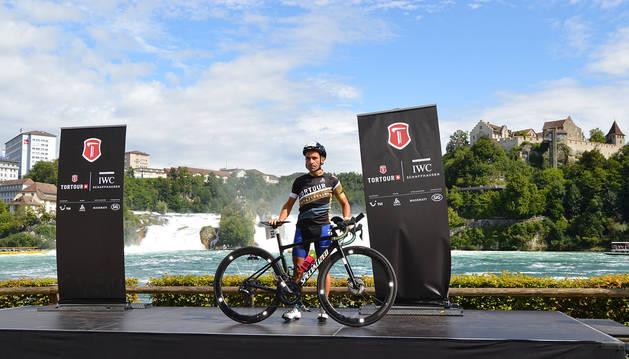 Javier Iriberri posa con su bicicleta con el salto de agua más grande del continente al fondo, antes de iniciar el TorTour.