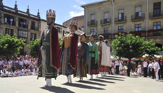Los gigantes de Tafalla bailan la pieza Itzurun acompañados por la música de los gaiteros.