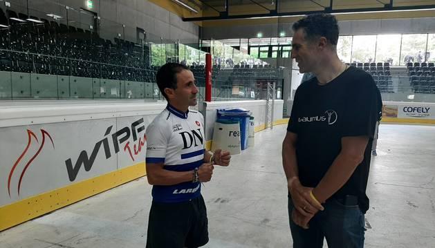 Iriberri y Miguel Induráin charlan en los prolegómenos de la salida de TorTour, donde el pentacampeón del Tour advirtió al ultrafondista.