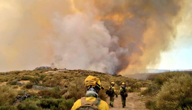 Foto de operarios en el incendio de Navalacruz.