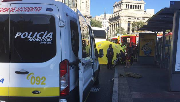 Foto de efectivos de la policía, bomberos y Emergencias Madrid, en el lugar del suceso.