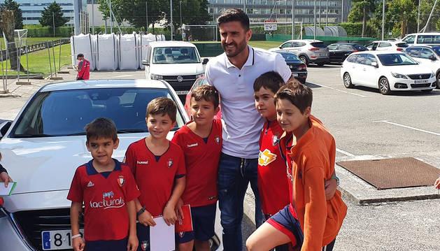 Raúl Navas firma autógrafos a los jóvenes seguidores a su llegada a Tajonar.