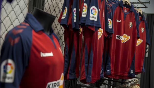 Foto de las camisetas de Osasuna en la tienda oficial.