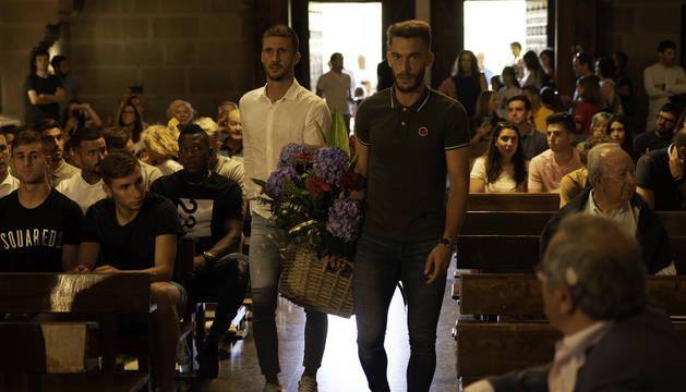 Foto de Oier Sanjurjo y Roberto Torres, capitanes de Osasuna, en la ofrenda de esta semana a San Francisco Javier.