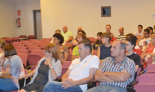 Vecinos asistentes a la charla de procesos participativos.