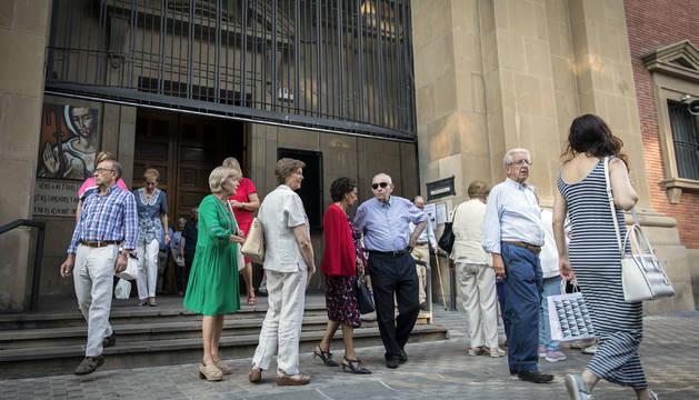 Un grupo de personas a la salida de misa de ocho de la tarde, en la parroquia de San Miguel de Pamplona, el sábado 3 de agosto.