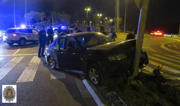 Imagen del vehículo empotrado contra la farola.