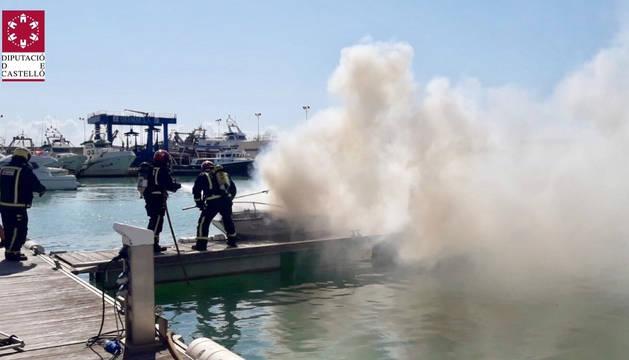 Foto del incendio de un barco de recreo en el Náutico de Benicarló.