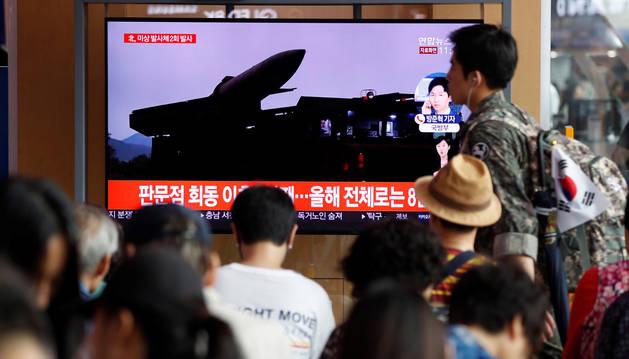 Foto de varios surcoreanos, atentos a las noticias sobre los nuevos lanzamientos de proyectiles.