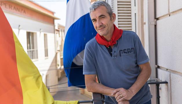 El alcalde de Valtierra, Manuel Resa Conde, posa en el balcón del Ayuntamiento con el pañuelo de fiestas.