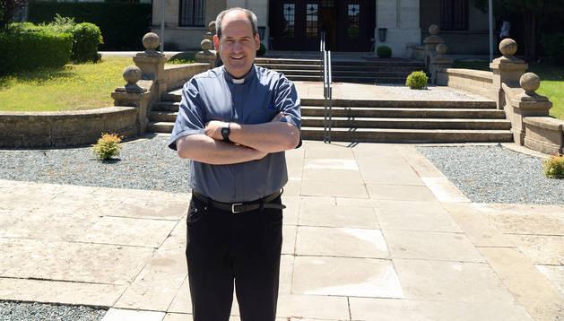 Miguel Larrambebere, rector del Seminario Conciliar San Miguel de Pamplona, en el exterior del edificio.