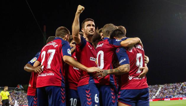 Oier hace un gesto de triunfo a los aficionados de Osasuna mientras sus compañeros celebran el gol de Chimy Ávila.
