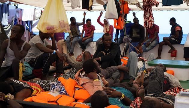 Foto de algunos de los inmigrantes a bordo del 'Open Arms', este sábado.