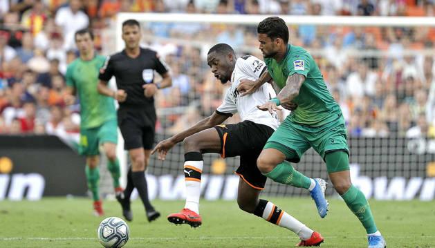 El centrocampista centroafricano del Valencia CF, Geoffrey Kondogbia (i), disputa el balón con el delantero brasileño del Valencia CF Willian José (d), durante el partido correspondiente a la primera jornada de LaLiga Santander, disputado en el estadio de Mestalla, en Valencia.