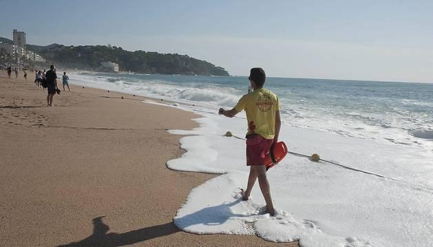 Foto de un socorrista en una playa.