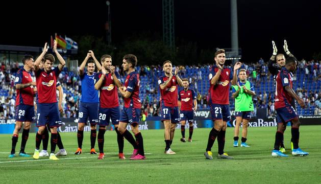 Los jugadores de Osasuna agradecen el apoyo de la afición desplazada a Butarque.