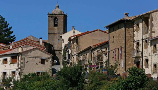 Vista general de Petilla de Aragón, con la torre de la iglesia de San Millán y la casa natal de Santiago Ramón y Cajal (la segunda por la derecha).
