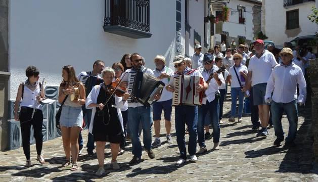 Los vecinos celebran el 'kantuz' por las calles del pueblo.