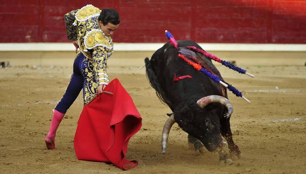Joaquín Galdós da un derechazo al mejor toro de la corrida de Buenavista, Gallero, al que cortó dos orejas.