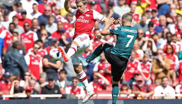 Espectacular acción entre Nacho Monreal y el jugador del Burnley Gudmunsson, el sábado en el partido entre este equipo y el Arsenal.