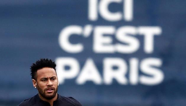 Neymar se ejercita en las instalaciones del PSG.