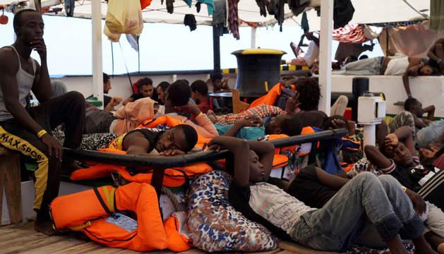 Algunos de los migrantes este sábado en la cubierta del Open Arms.