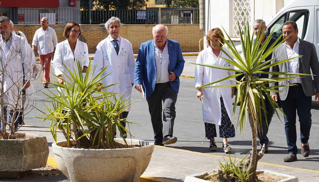 Foto del consejero de Salud y Familias de la Junta de Andalucía Jesús Aguirre, junto a miembros del equipo médico en una visita al Hospital Virgen del Rocío.