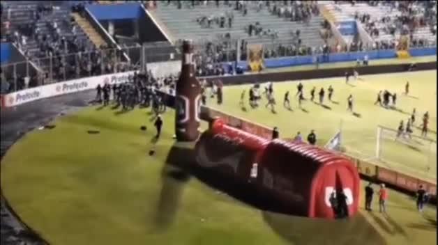 Tres muertos en enfrentamientos en un estadio de fútbol de Honduras