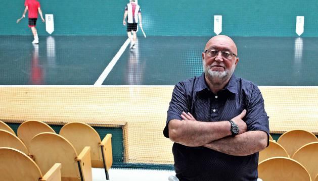 Ramón Martínez Asensio, presidente en funciones de la FNPV, posa en el frontón Labrit.