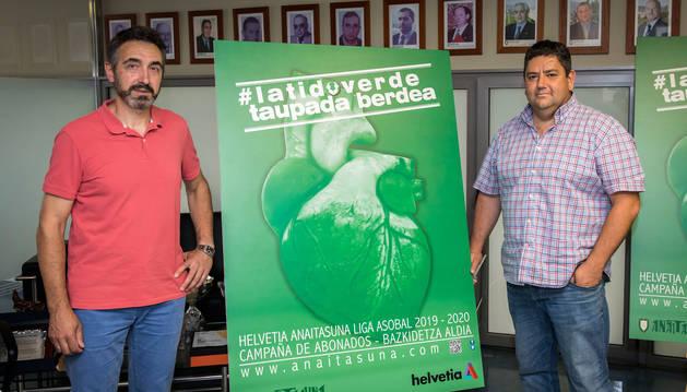 Miguel Ollacarizqueta y Javi Gracia posan con el cartel de la campaña de abonados para la temporada 19/20.