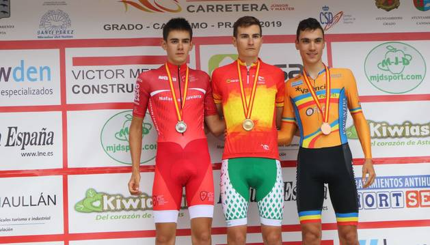Igor Arrieta, la izquierda, con la medalla de plata.