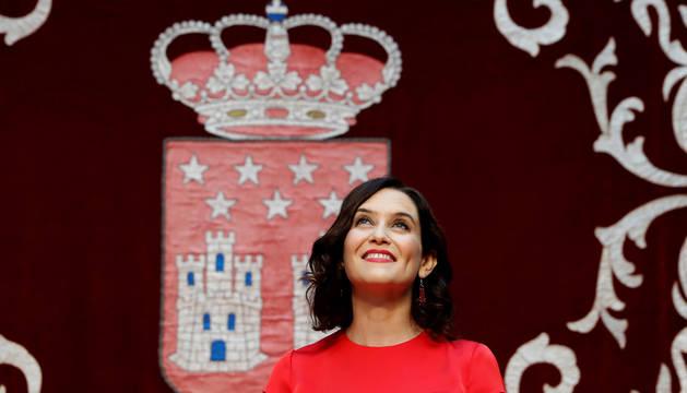 Isabel Díaz Ayuso (i) antes de tomar posesión como presidenta de la Comunidad de Madrid
