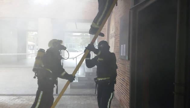 Bomberos durante el incendio que afectó al bar La Embajada, cerca de la zona de Yamaguchi.