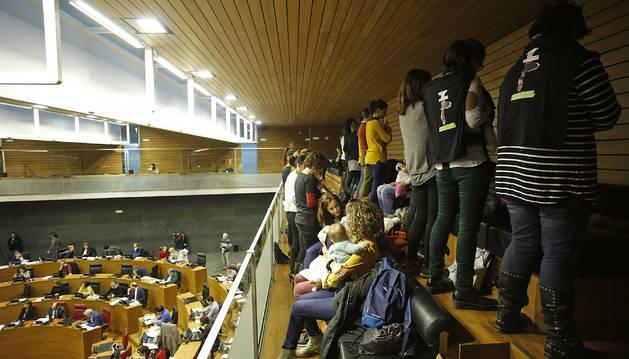 Prostesta del grupo de madres y padres en una sesión del Parlamento la legislatura pasada.